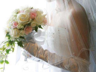ブーケを手に持った花嫁