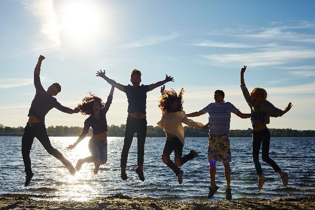 水辺で若者達がジャンプ