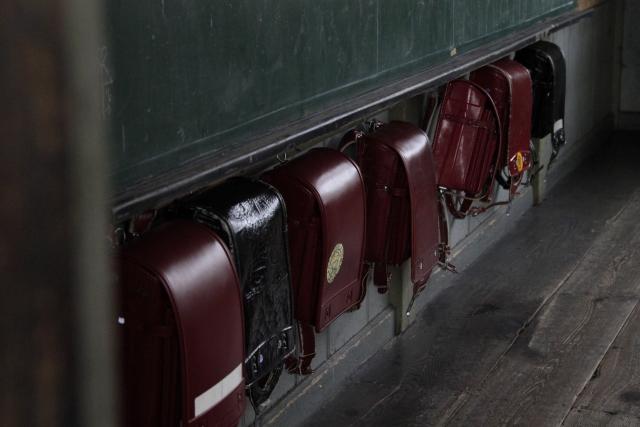 並んだ教室の古いランドセル