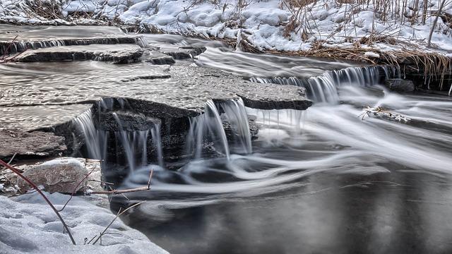 雪解けで水が流れる川