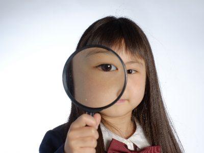 虫メガネで覗く女の子