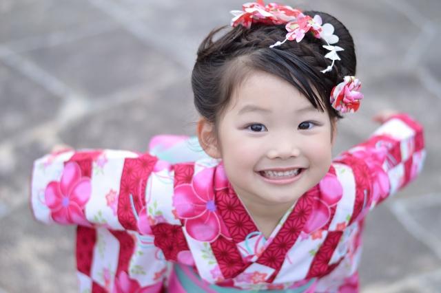 浴衣を着て笑顔の少女