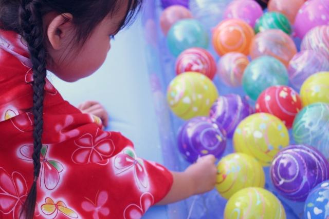 水風船を選ぶ少女