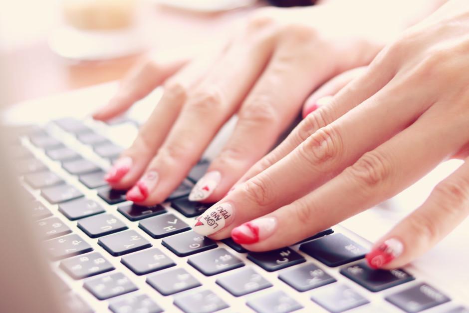 パソコンのキーボードを打つ指