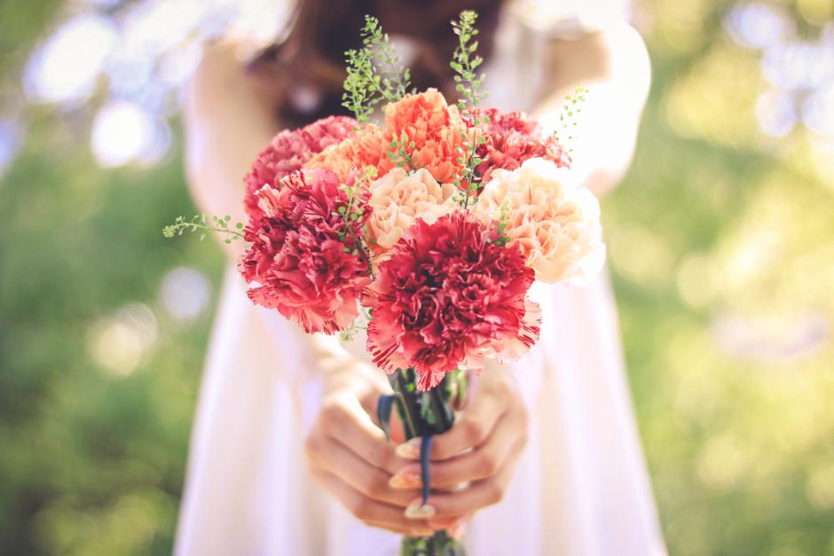 花束を差し出す女性
