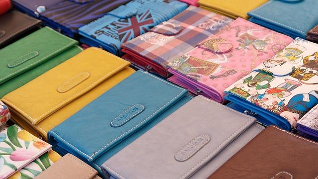 並んだカラフルな財布