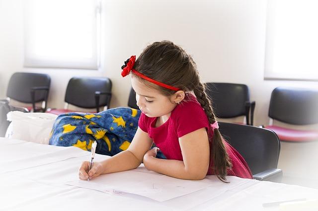 手紙を書く少女